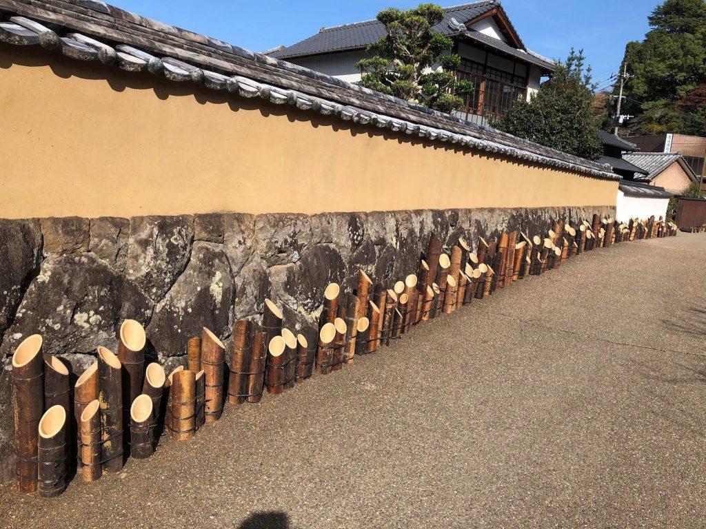 竹灯篭の並ぶ武家屋敷
