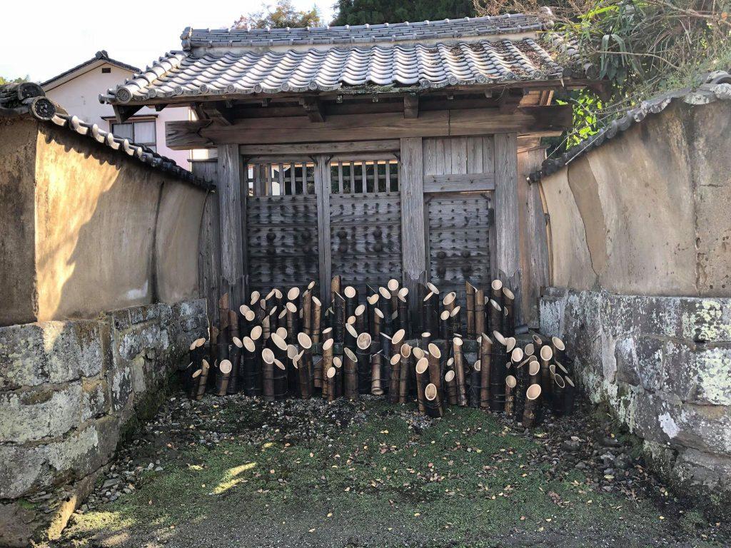 武家屋敷の門と竹灯篭