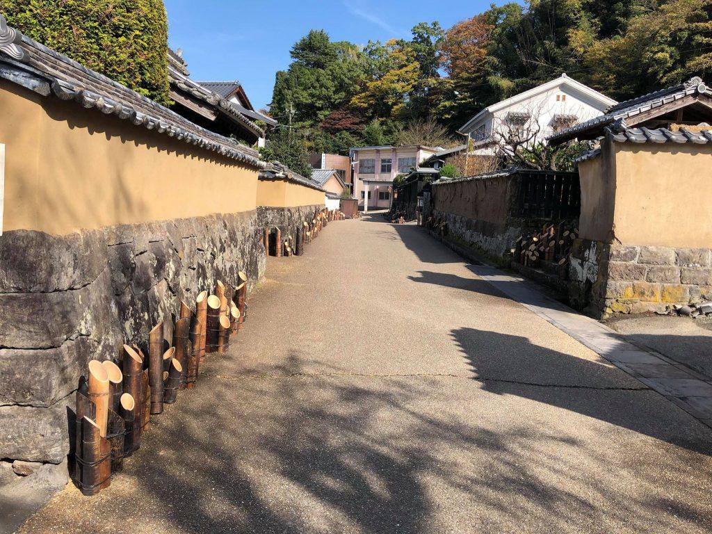 江戸時代当時の整った町並みを残す武家屋敷通り